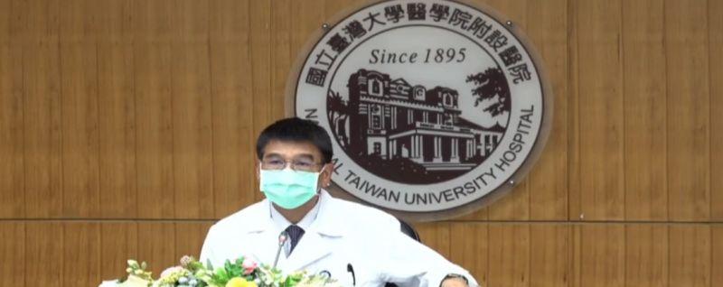 ▲台大醫院發言人王亭貴昨(19)強調,確診員工感染源是從院外進來,因此不屬於院內感染。(圖/擷取自台大醫院直播訊號)