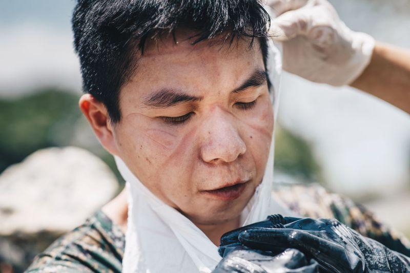 ▲國防部於臉書粉專PO出化學兵辛勞消毒的照片,臉上甚至因戴口罩被壓出印痕。照片曝光後,也引來萬人按讚、留言。(圖/軍聞社提供)
