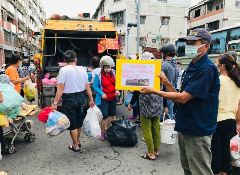 ▲垃圾車現場同時宣導民眾未戴口罩拒收垃圾。(圖/高市府環保局提供)