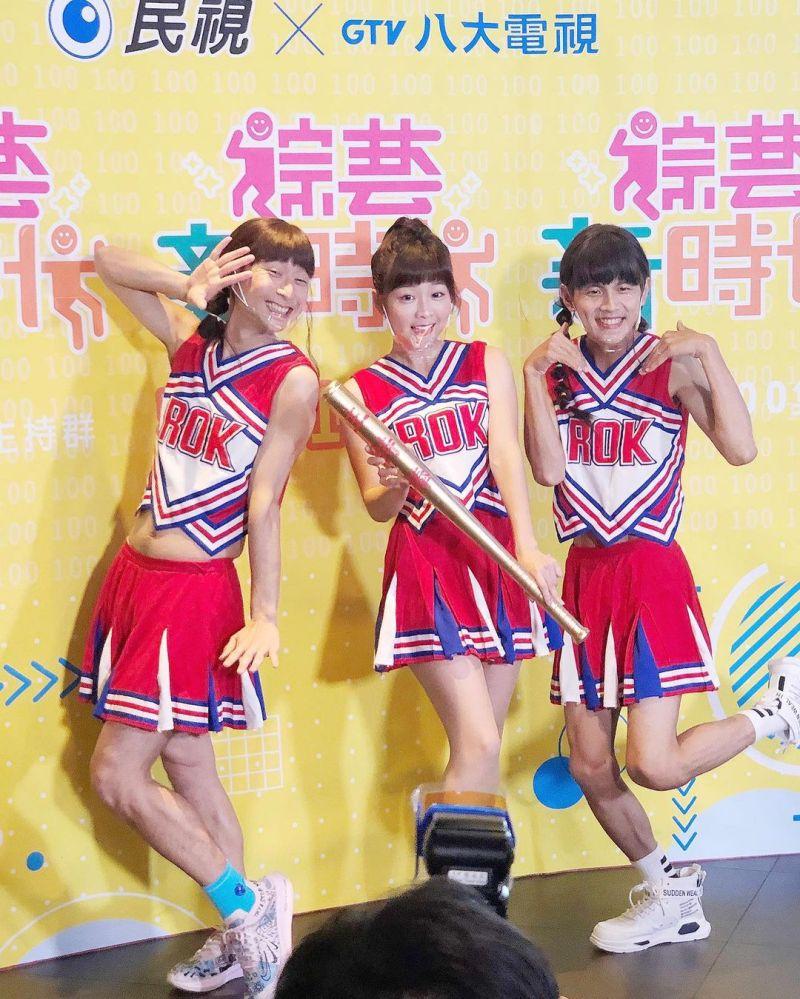 ▲浩子(左起)、籃籃、阿翔穿啦啦隊隊服為節目造勢。(圖/籃籃IG)