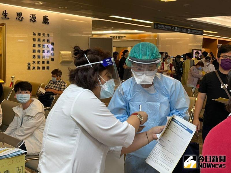 ▲亞東醫院回應,本案為昨日的新增3位確診者之一(病患家屬),相關接觸者皆即時匡列管理。(圖/記者陳志仁攝,2021.05.20)
