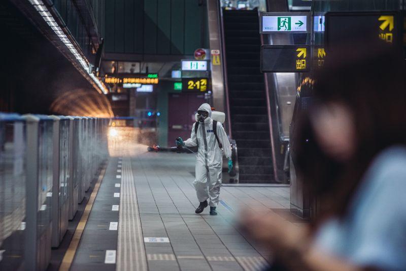 ▲陸軍化學兵於捷運月台消毒。(圖/軍聞社提供)