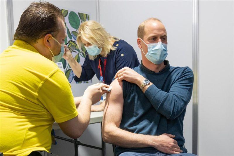 ▲英國威廉王子20日在官方推特張貼他挽起袖子接種疫苗的照片。(圖/翻攝自KensingtonRoyal推特)