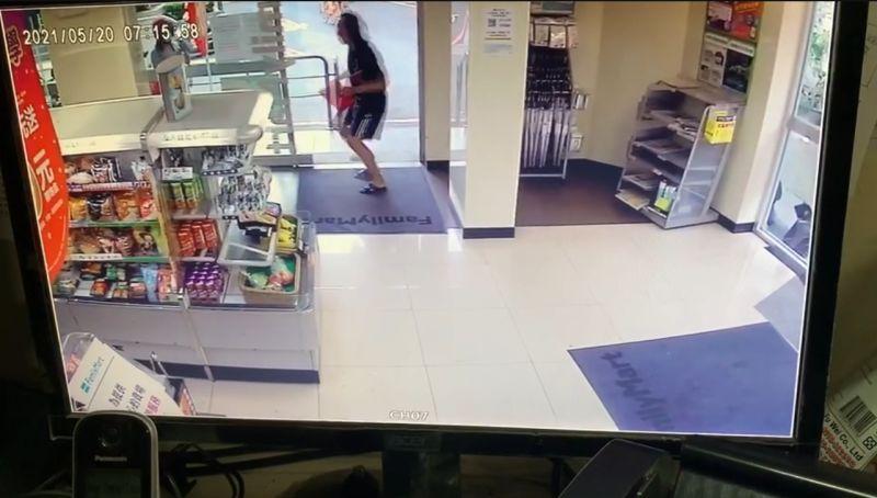 ▲男子在超商門口來回跳,一邊喊著「我進來了,我又出來了,打我呀,笨蛋」。(圖/翻攝自《我是中和人》)