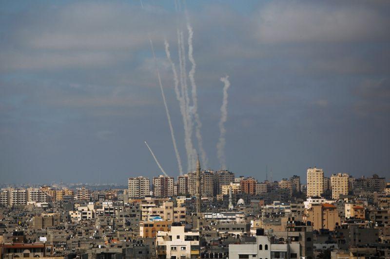 ▲以巴衝突至今已釀成雙方共244人喪生。媒體指出,以色列安全內閣已同意與控制加薩走廊(Gaza)的巴勒斯坦人組織哈瑪斯(Hamas)停火,將於21日凌晨2時開始生效。圖為煙硝瀰漫的加薩走廊。(圖/美聯社/達志影像)
