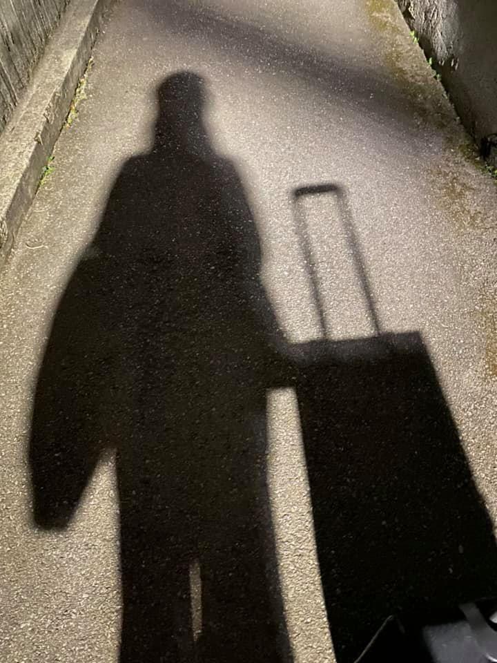 ▲田知學PO出一張推著行李離開家的影子照片,畫面曝光讓一票網友看完忍不住落淚。(圖/翻攝自臉書《布農Doc