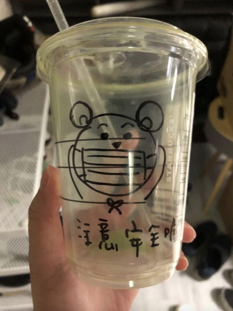 ▲只見杯身上有一隻「戴口罩」的可愛熊。(圖/翻攝自網路論壇《Dcard》)