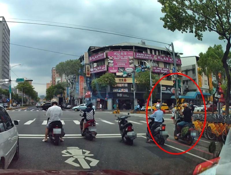 ▲婦人將口罩遞給沒戴口罩的機車騎士。(圖/網友Huan-Jung
