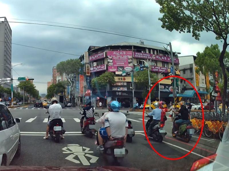 ▲全台疫情升三級警戒,現今外出一定需配戴口罩。不過,就有網友拍到一名婦人發現附近機車騎士沒戴口罩,隨即霸氣上前遞一片。(圖/網友Huan-Jung Hsu授權提供)