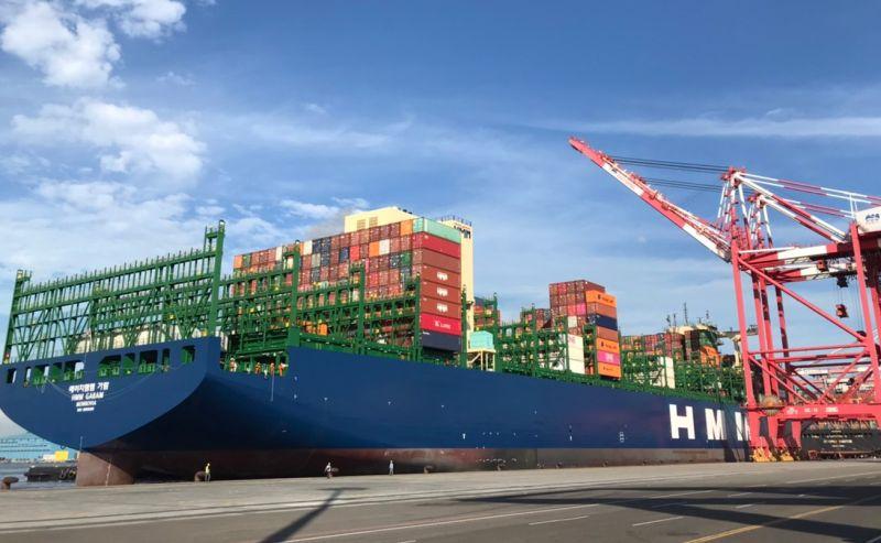 ▲賴比瑞亞籍韓遠加萊姆號貨櫃輪裝卸貨櫃的情形。(圖/記者黃守作攝,2021.05.21)