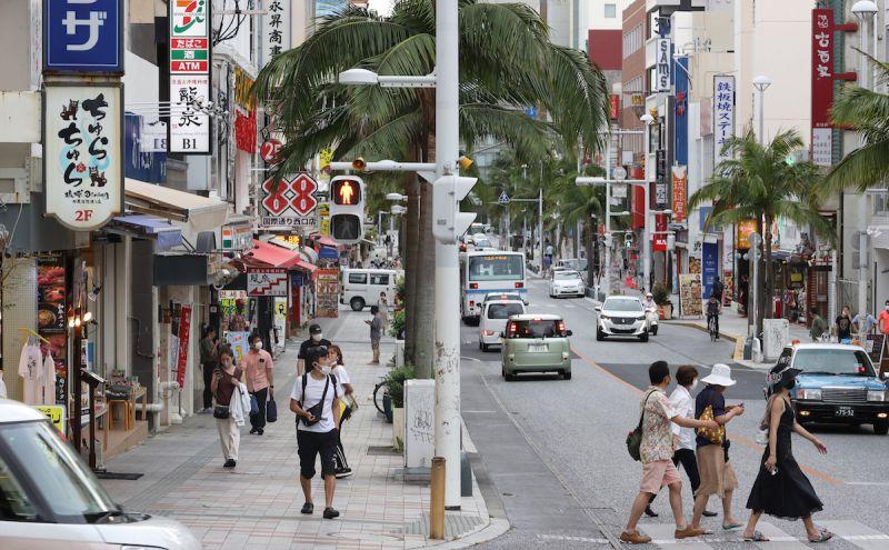 ▲日本境內2019冠狀病毒疾病(COVID-19)疫情延燒,到23日為止重症患者共1304人,再創歷史新高紀錄;剛開始實施「緊急事態宣言」的沖繩縣新增156例確診病例,追平週日紀錄。圖為沖繩那霸市區街道人潮稀少。(圖/美聯社/達志影像)