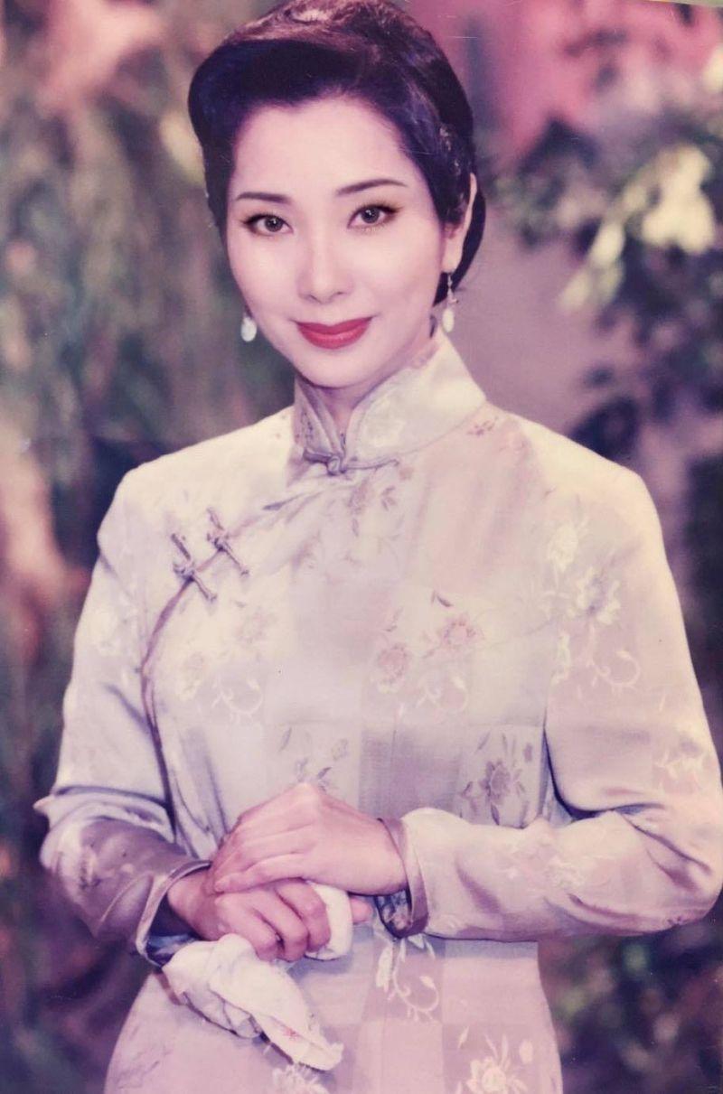 ▲陳美鳳曬出以前穿旗袍的舊照,清麗模樣引起討論。(圖/翻攝陳美鳳臉書)
