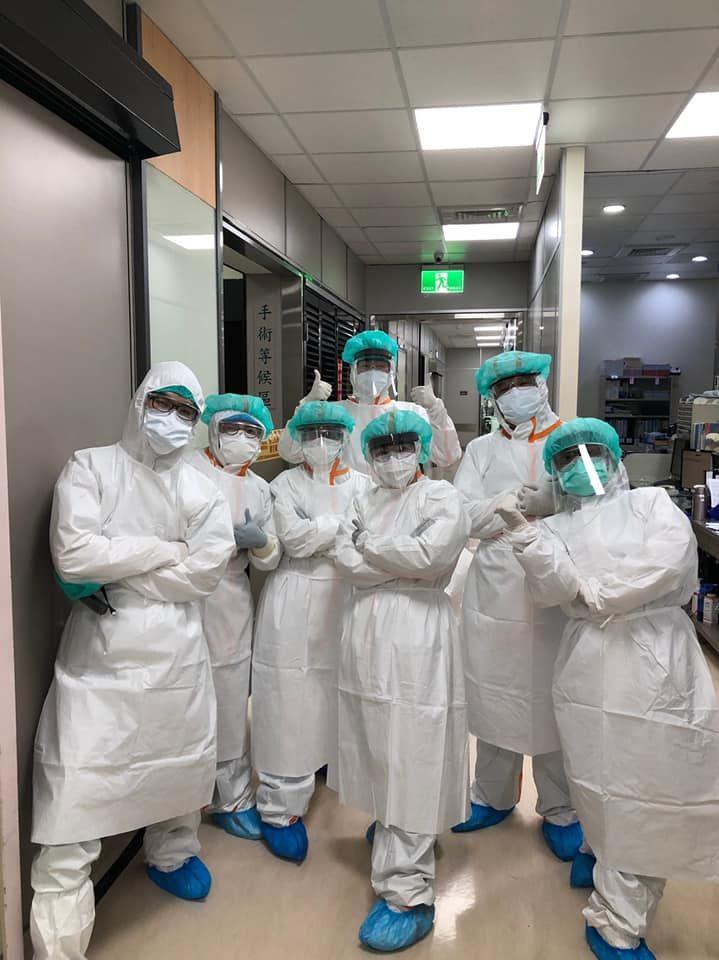 ▲萬芳醫院婦產科醫師王樂明與其團隊,順利幫確診新冠肺炎的產婦接生。(圖/翻攝醫師臉書)