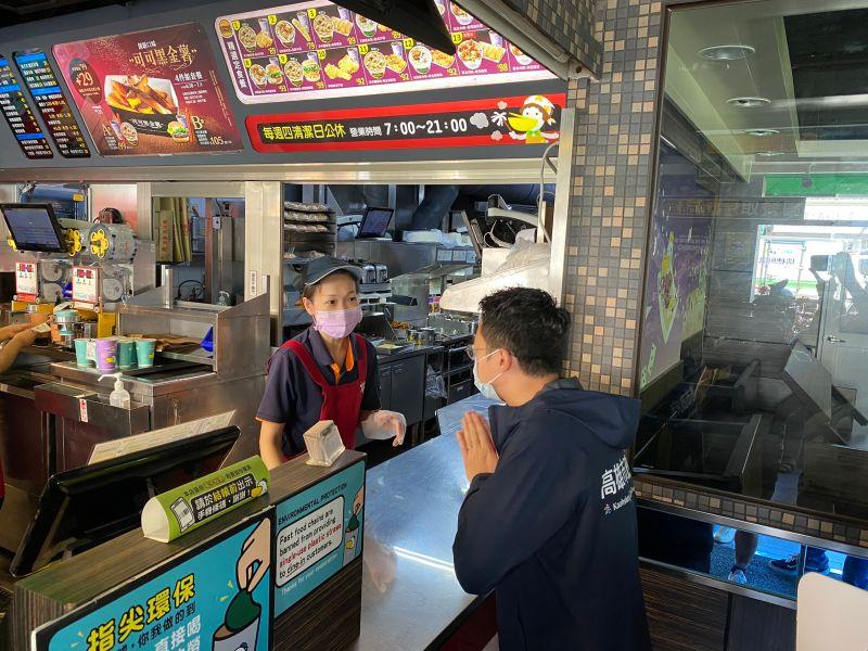 ▲廖泰翔率隊前往哈瑪星商圈早餐店稽查,店家都配合防疫改以外帶。(圖/高市府經發局提供)