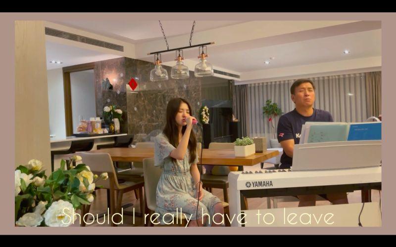 ▲韓菲(左)翻唱白藝潾的歌曲《lovelovelove》,爸爸王中平在一旁彈琴伴奏。(圖/翻攝韓菲YouTube)