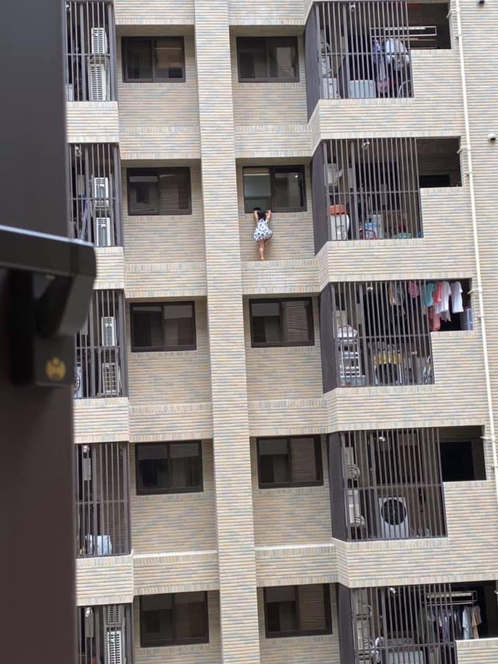 ▲小女童幼小的身影,在7樓的大樓外牆邊顯得特別渺小。(圖/翻攝「爆怨公社」)