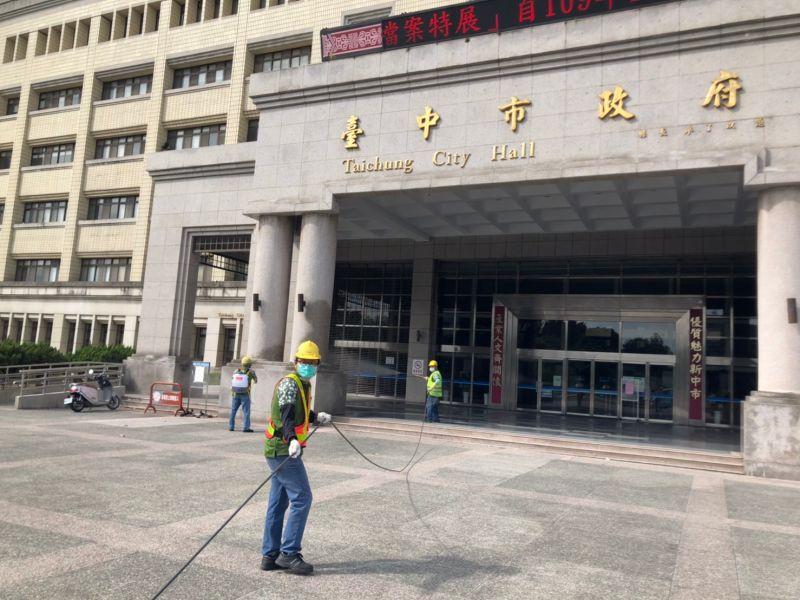 ▲台中市政府陽明大樓消毒(圖/市政府提供2021.5.22)