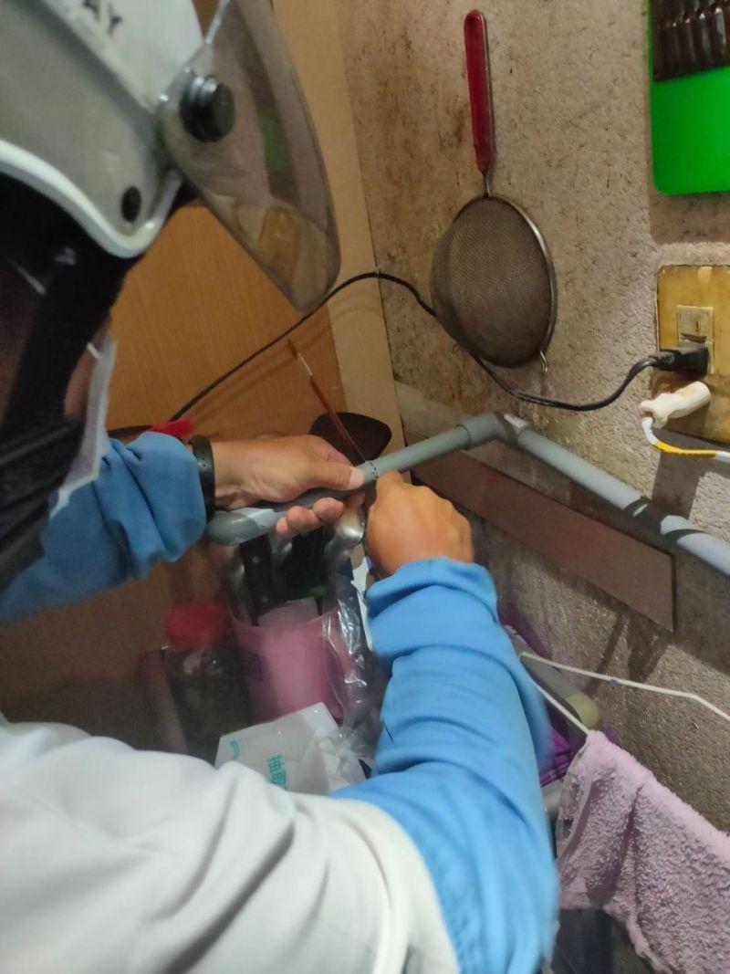 ▲高雄市大社區一家卡拉OK店無視防疫規定繼續營業遭強制斷水、斷電。(圖/高市府工務局提供)