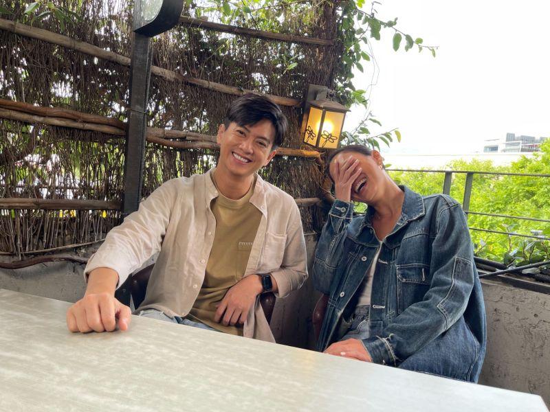 ▲劉奕(左)網路節目投資6位數購買器材。(圖/民視)