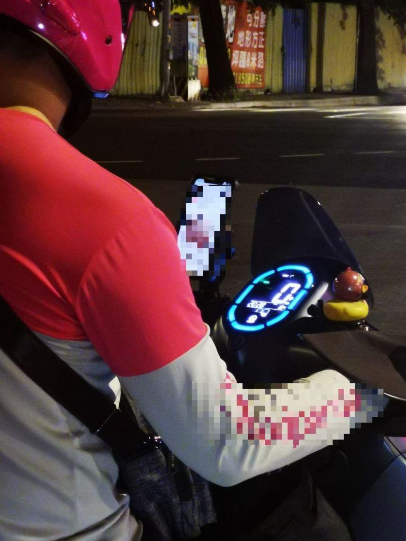 ▲原PO深夜看見一名外送員還在拚命送餐,瞄到對方的「手機畫面」秒懂原因。(圖/翻攝自《外送員的奇聞怪事》)