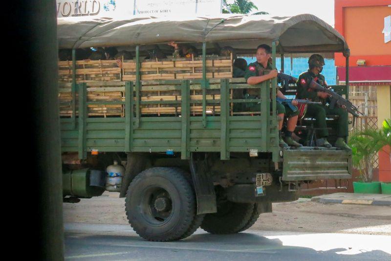 ▲反對緬甸軍政府的戰士表示,反政變的武裝團體23日在東部城鎮與緬甸安全部隊發生激烈衝突後,擊斃數十名安全部隊成員。(圖/美聯社/達志影像)
