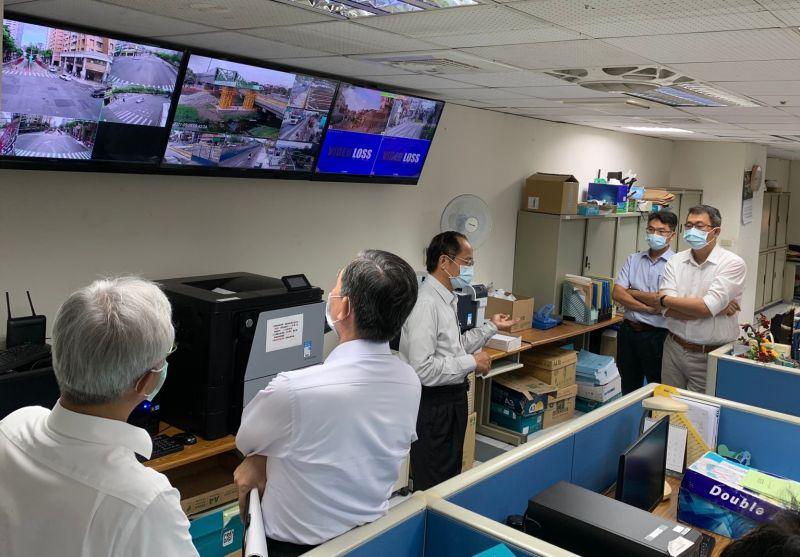 ▲捷運局由辦公室大螢幕遠端即時監視工區,以落實工區防疫與環境安全衛生。(圖/高市府捷運局提供)