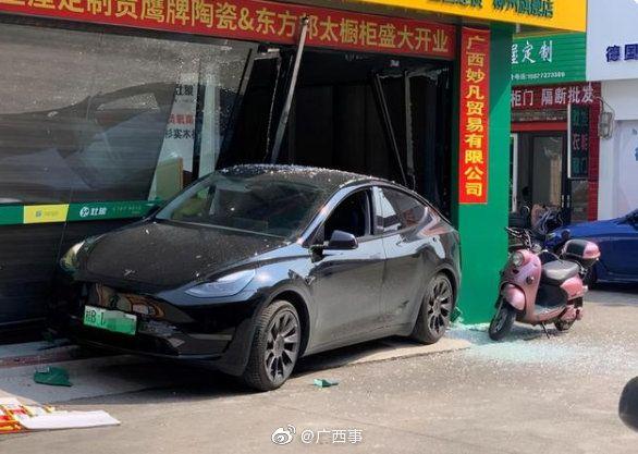 ▲中國再度傳出特斯拉事故,一輛特斯拉電動車倒車時,疑似失控衝撞路邊店家。(圖/翻攝自微博)