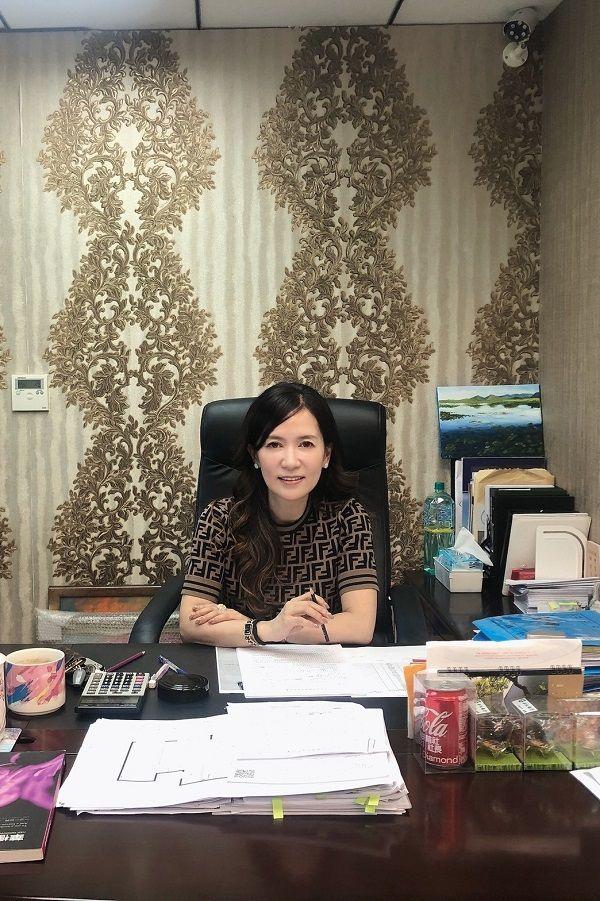 ▲富總建設藍淑娟桌上滿滿的文件,任何細節全都是她親力親為。(圖/富總建設提供)