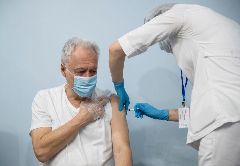俄疫苗施打速度慢 勞工不接種恐被迫放無薪假
