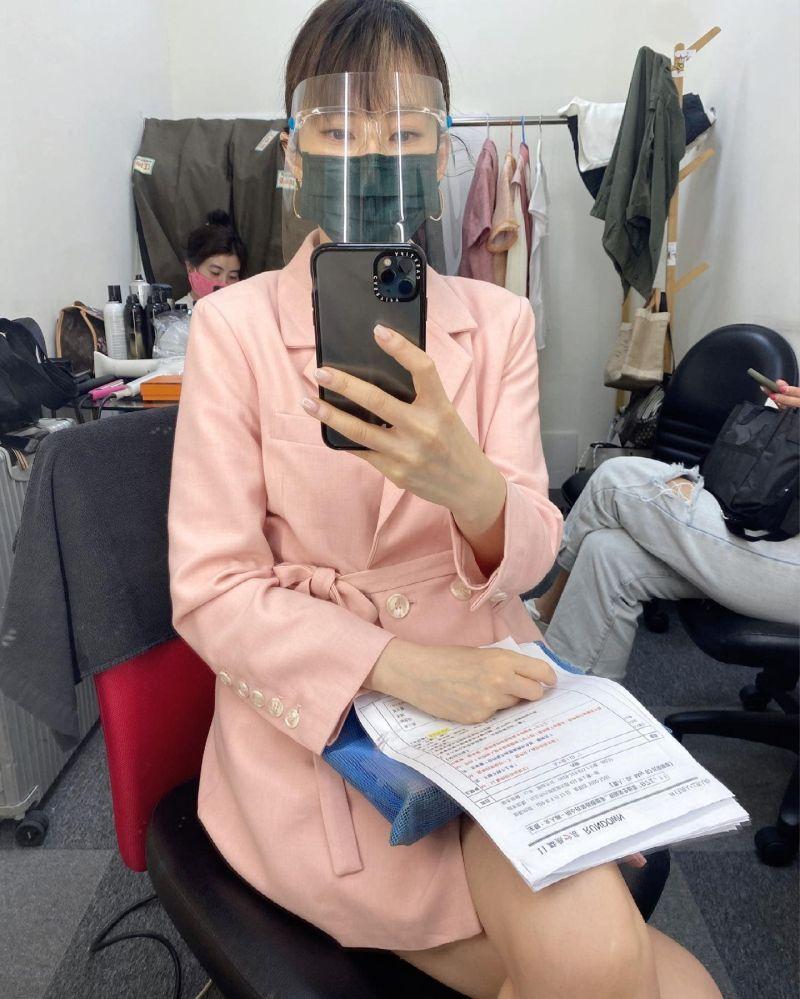 ▲Melody日前赴電視台錄影也做足防疫,面罩、口罩不離身。(圖/翻攝時尚媽咪Melody臉書)