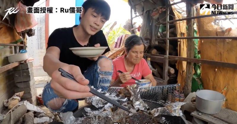 影/暖孫回老家就地取材烤魚 親餵阿嬤:一起吃最幸福