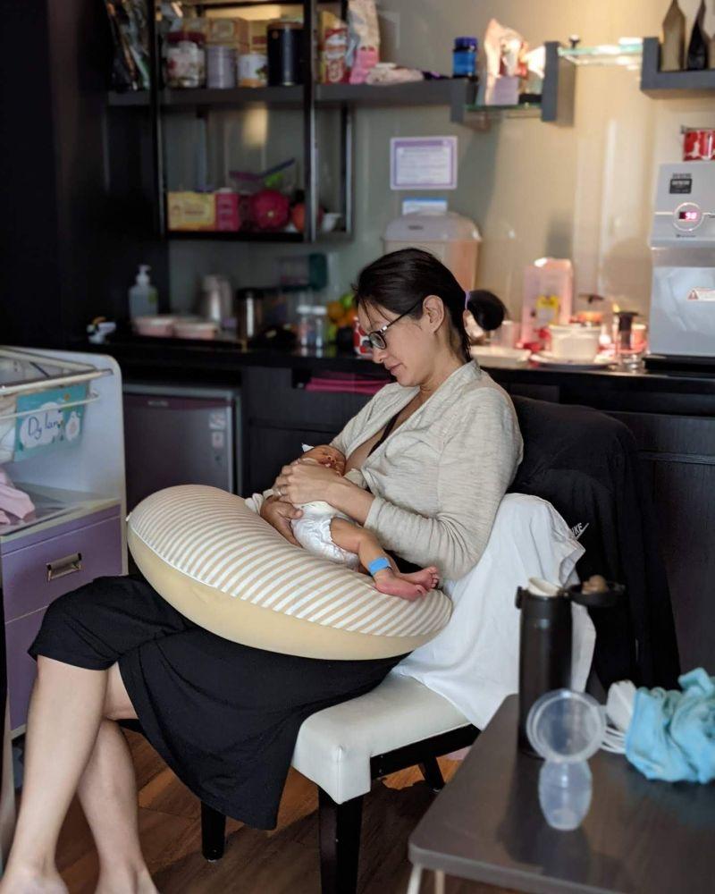 ▲▼Janet餵哺愛子母乳。(圖/Janet臉書)