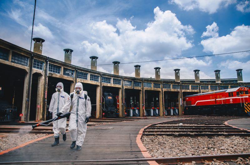▲陸軍十軍團36化學兵群於彰化扇形車站實施消毒。(圖/軍聞社提供)