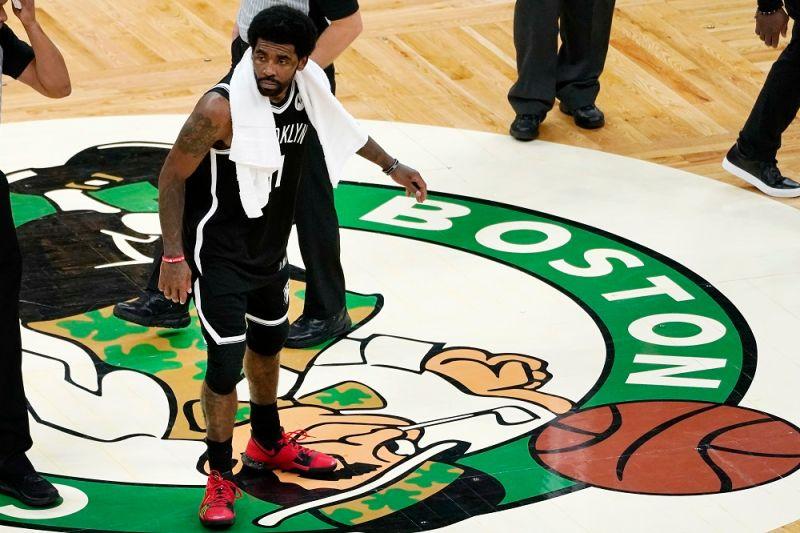 NBA/Irving踩踏綠軍隊徽 KG不爽嗆:你不該那麼做!