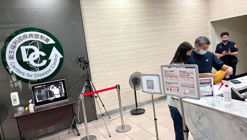 ▲孫文學校總校長張亞中取得500萬劑BNT疫苗與500萬劑中國製疫苗,赴衛福部提出申請。 (圖/新頭殼)