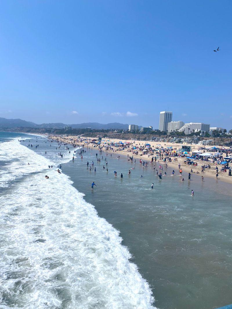 ▲聖塔莫尼卡(Santa Monica)海灘擠滿泳客。(圖/翻攝自James Spann推特)