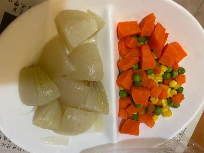 ▲網友回家後發現媽媽只準備了洋蔥和三色豆兩道菜。(圖/翻攝Dcard)