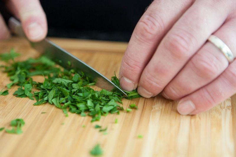 ▲炒青菜的時候,放鹽的時機也很重要。(示意圖,圖中人物與本文無關/翻攝Pixabay)