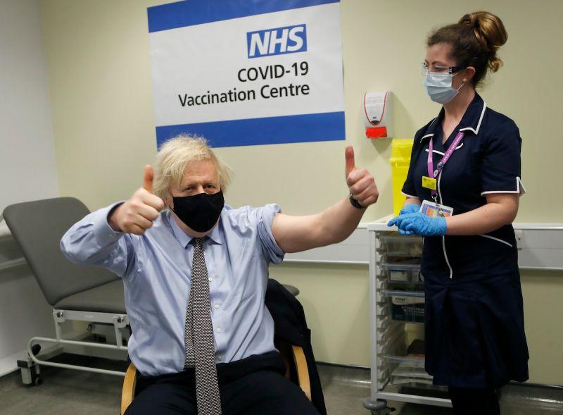 ▲英國目前已有近六成的人口至少接種第一劑新冠疫苗,當地的死亡人數、住院人數和新增確診人數都呈現下降的趨勢。(圖/美聯社/達志影像)