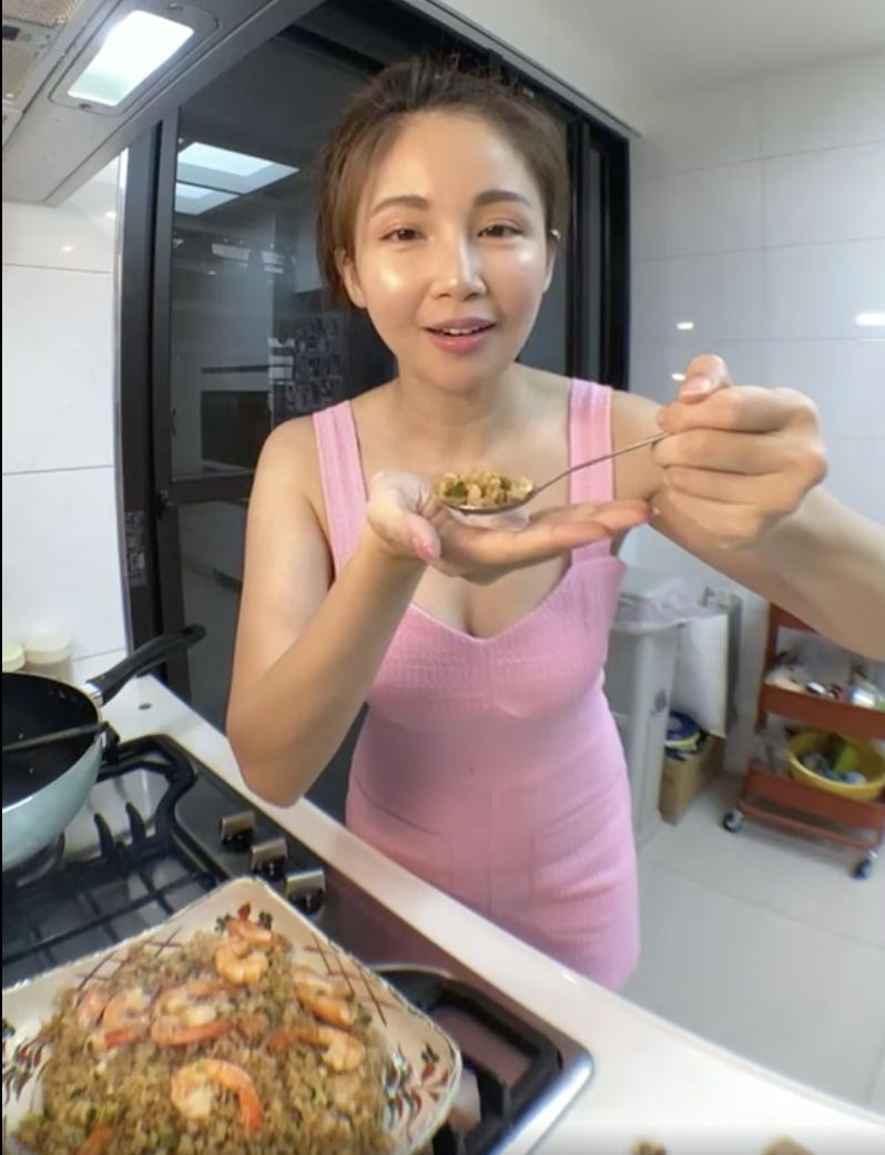 ▲鍾欣怡穿著火辣打扮,下廚料理。(圖/鍾欣怡臉書)