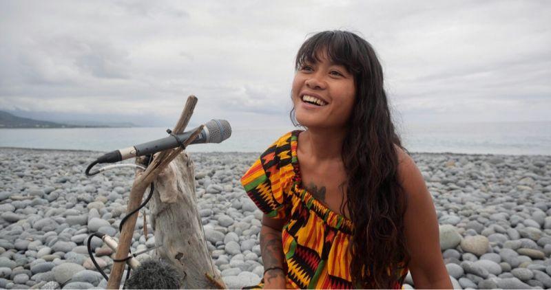 ▲阿美族音樂人Putad分享遭爺爺丟到海裡的往事。(圖/小島大歌提供)