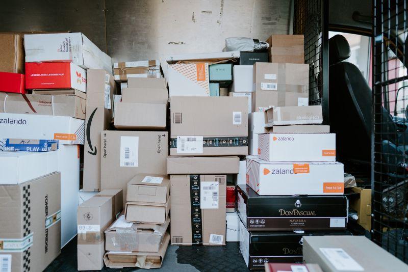 ▲有網友只在網購下單一次,到超商取貨卻出現兩件貨物,而包裹上的細節曝光後,更是有不少過來人急呼籲「都別領」。(示意圖/翻攝自unsplash@Claudio Schwarz)