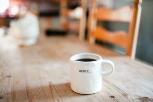 ▲喝咖啡可以用來治療氣喘嗎?食藥署表示,雖然「咖啡因(caffeine)」有氣管擴張的作用,但如果使用於急性氣喘發作,藥效不僅太弱且藥效太慢。(示意圖/翻攝自Unsplash)