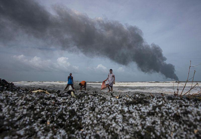 ▲,一艘因失火而造成斯里蘭卡海洋生態空前災難的貨櫃輪今天沉沒,油箱還有數百公噸燃油。(圖/美聯社/達志影像)