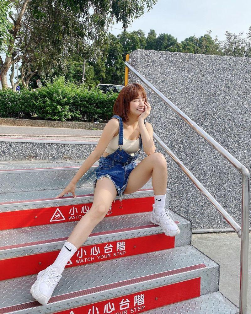 ▲▼陳伊在階梯上拍網美照。(圖/陳伊IG)