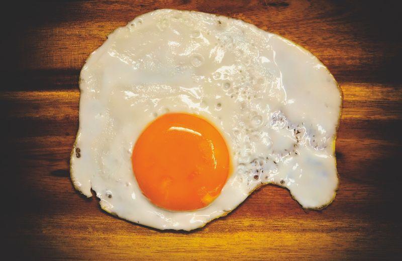 ▲《小楊聊美食》提到,煎荷包蛋時別只會放油,煎的時候加1物,讓荷包蛋不容易破,營養又美味。(示意圖/翻攝自Pixabay)