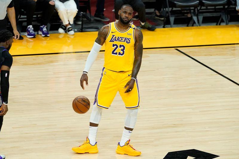 NBA/不爽吹罰而消極比賽?詹皇末節放棄拚戰引發爭議