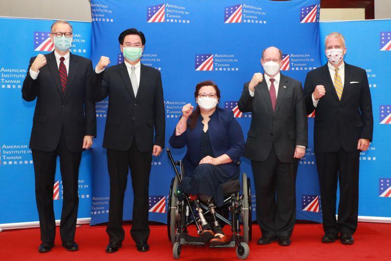 ▲美國3名聯邦參議員6日上午抵達台灣,除了宣布美國將捐贈台灣75萬劑疫苗外,也與總統蔡英文進行會談。從左起分別為美國在台協會處長酈英傑、外交部長吳釗燮、民主黨參議員達克沃絲(Tammy