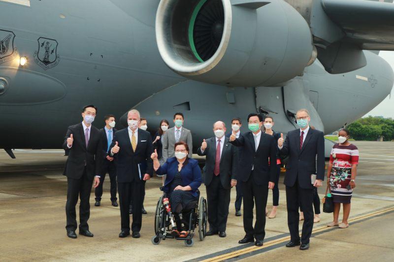 ▲美國跨黨派訪問團6日搭乘美軍C-17運輸機訪台。(圖/外交部提供)