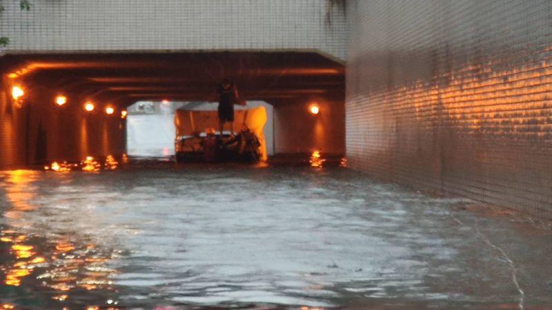 ▲高雄市金福地下道淹水約2公尺深。(圖/高市府提供)